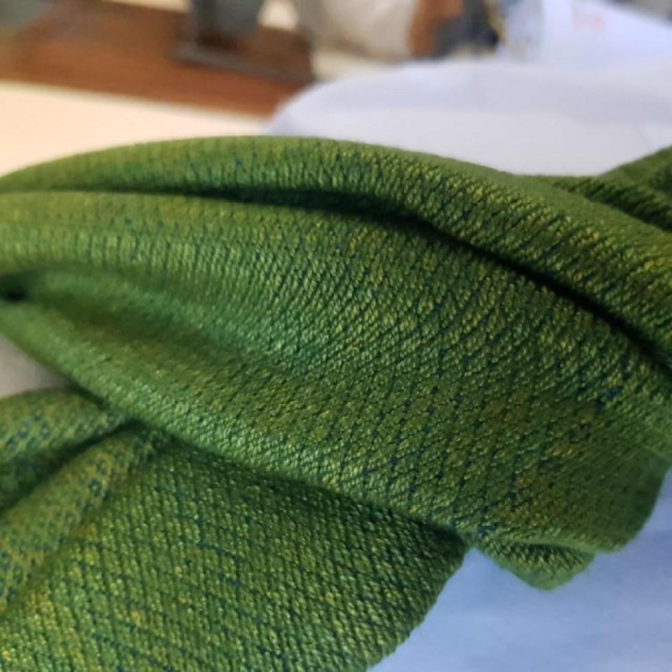 grasgroene sjaal met fijn blauw patroon