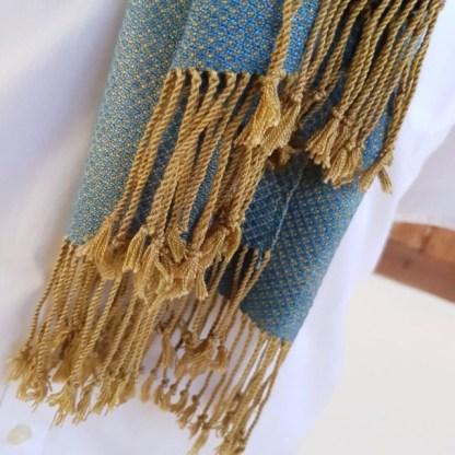 Zachte lichtblauwe sjaal oker