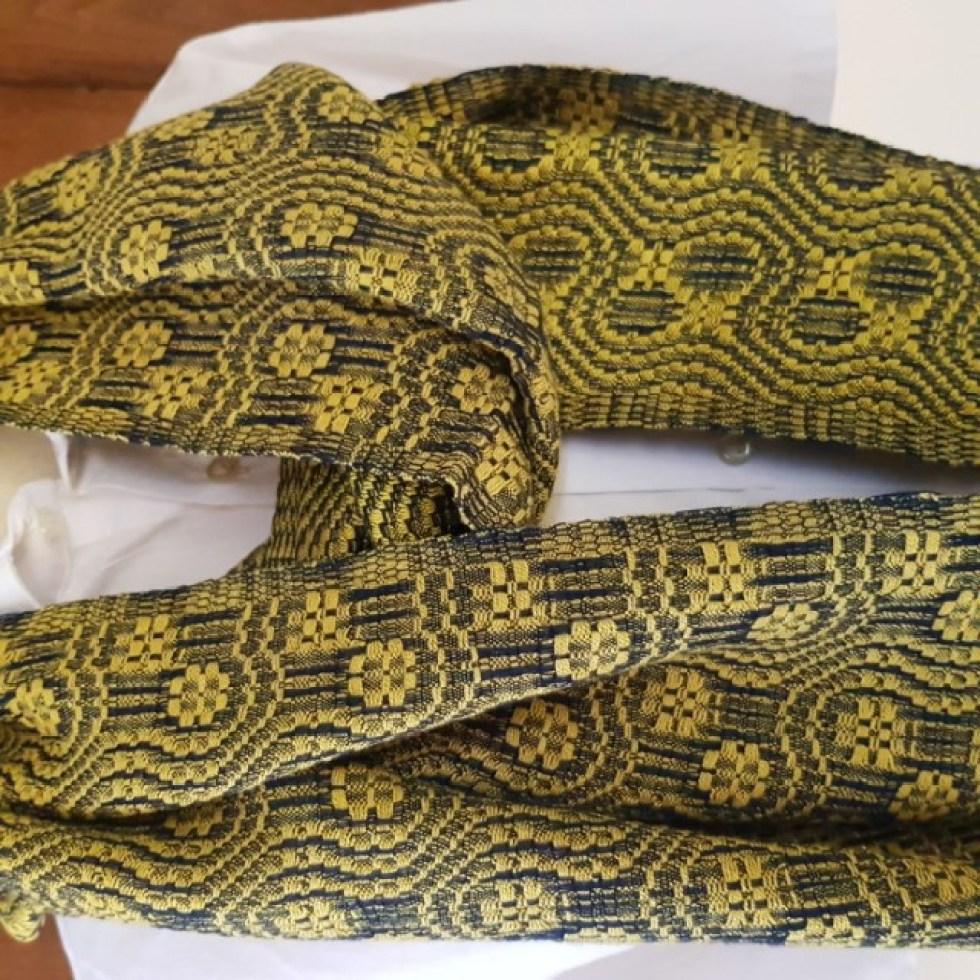 gele sjaal met gekronkeld blauw motief
