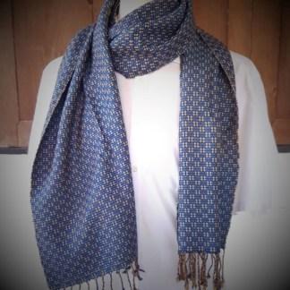 blauwe sjaal met fijn oranje blokjes