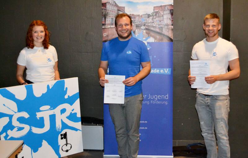 Der geschäftsführende Vorstand mit der unterschriebenen Satzung: vlnr. Svea Fuhr, Tim Wilhelmi und Sebastian Gneuß. © Stadtjugendring Stade