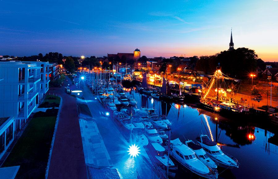 Hansefest mit Wasserorgeln und illuminiertem Hafen im September 2009. Stader Unternehmen sponsern 20 Kunstsegel für eine schöne Innenstadt. © Michael Lindner