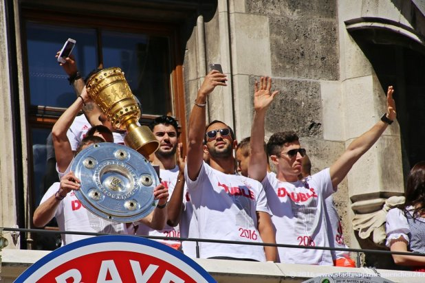 Medhi Benatia macht Selfie bei der Doublefeier des FC Bayern München am Marienplatz 2016