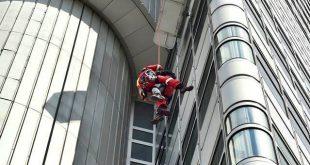 Fensterputzer mussten von Höhenrettung der Feuerwehr vom HVB Hochhaus in München-Bogenhausen abgeseilt werden