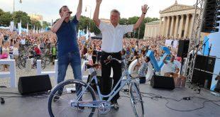 Oberbürgermeister Dieter Reiter gibt das Startsignal für die Radlnacht 2017 in München