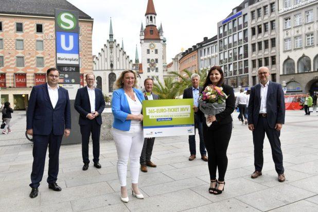 Verkehrsministerin Kerstin Schreyer übergibt das erste 365-Euro Jahresticket an Annabelle Saenko