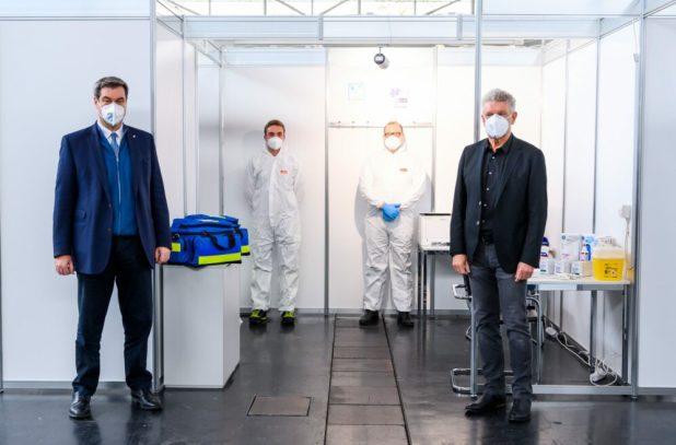 Ministerpräsident Markus Söder und Oberbürgermeister Dieter Reiter informieren sich über das neue Corona Impfzentrum in München Riem Quelle Foto Staatskanzlei Bayern