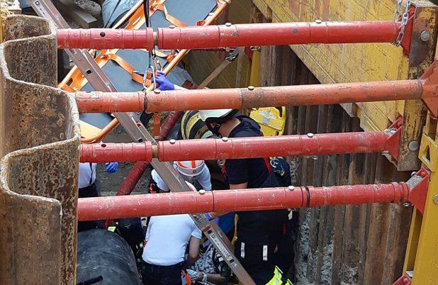 Frau stürzt mit Fahrrad in fünf Meter tiefe Baugrube Quelle Foto Feuerwehr München