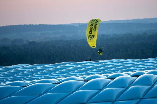 Greenpeace-Aktivist mit Motor-Gleitschirm über der München Arena - kurz darauf kollidiert er mit einem Blitzschutzseil und muss am Rasen notlanden - 2 Personen werden am Kopf verletzt Quelle Foto: Imago/Kolbert-press/Ulrich Gamel