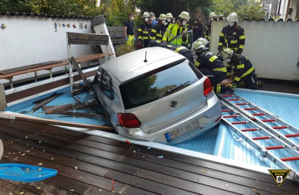 VW in Swimmingpool gesetzt