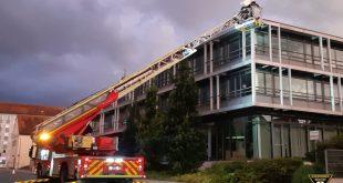 Feuerwehr rettet flügellahmen Engel auf dem Bürgerzentrum München Pasing