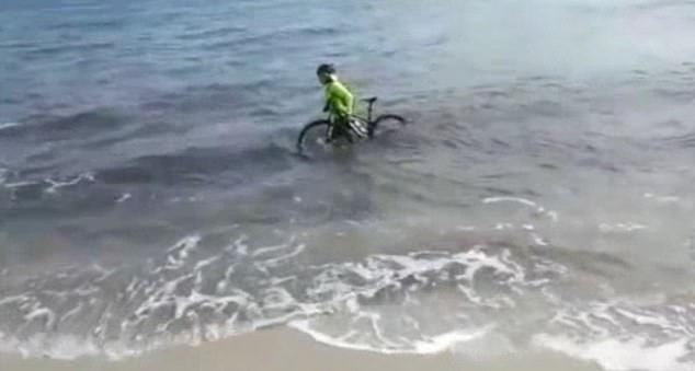 Italian cyclist tries to dodge £350 coronavirus lockdown fine by riding into ocean