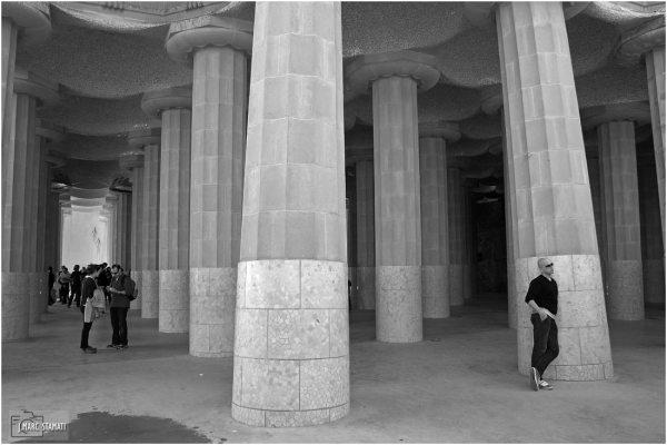 Sous les colonnes