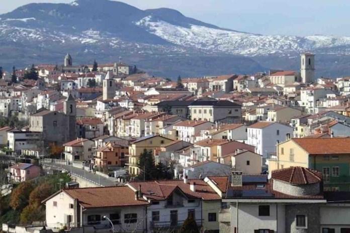 Vista dall'alto di un paese della regione italiana del Molise