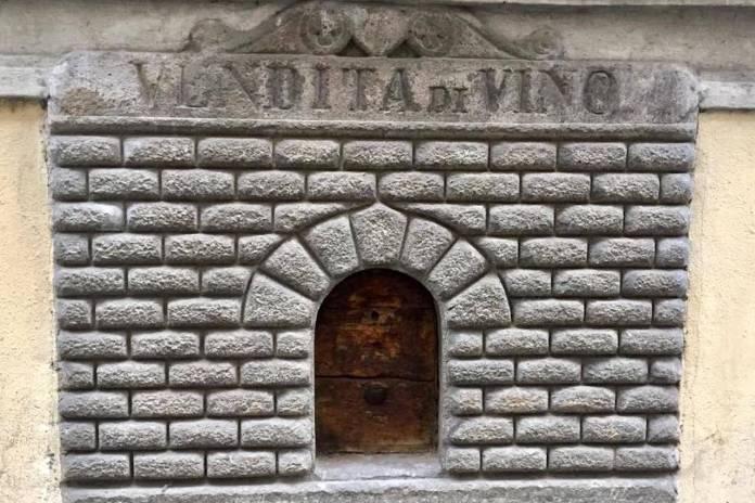 buchetta del vino sulla facciata di Palazzo Bartolini a Firenze
