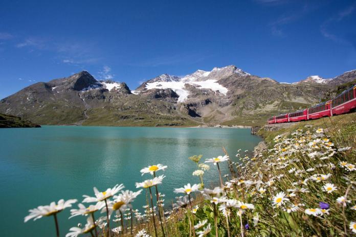 Ferrovia Retica, il trenino rosso lambisce il Lago Bianco