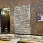 Madonna del Pozzo, il pozzo originale con targa e foto del Papa