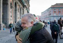 Gli abbracci sono la mancanza più sentita dagli italiani
