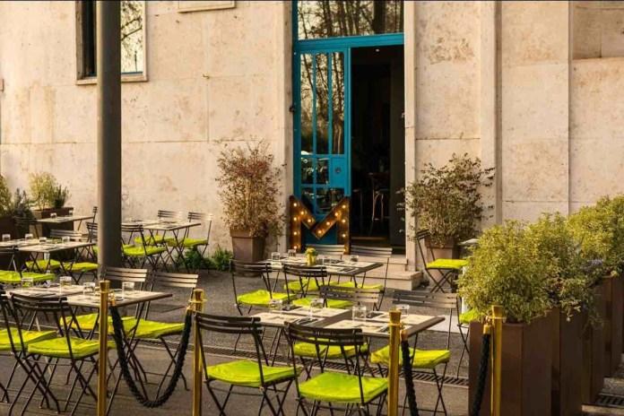 Metropolita, lo spazio esterno con tavolini del ristorante