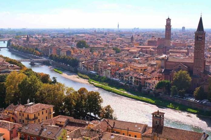 La città di Verona vista dall'alto con suo fiume