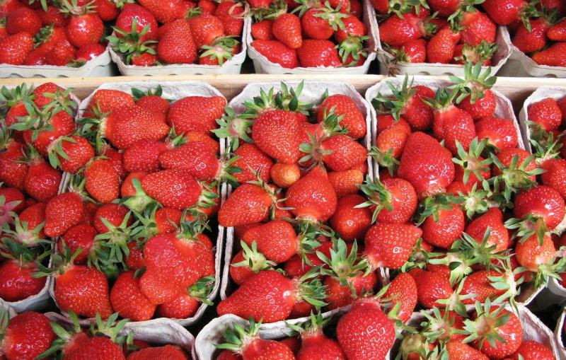 Aardbeien op de Wochenmarkt Standort Hamburg