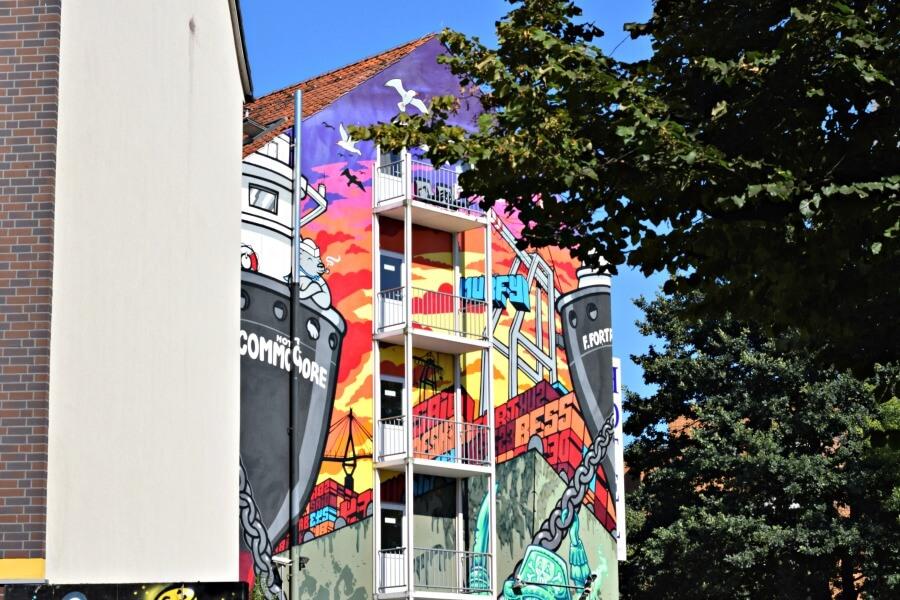 Bonte street art op zijkant hotel in St. Pauli