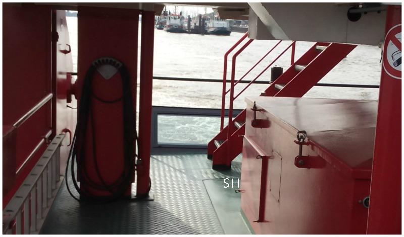 met de rode ferry door de haven - Standort Hamburg