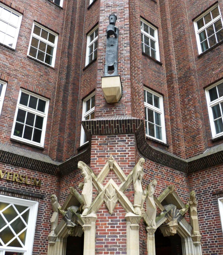 Sculpturen van Richard Kuöhl aan de gevel van het Chilehaus in het Kontorhausviertel | Standort Hamburg