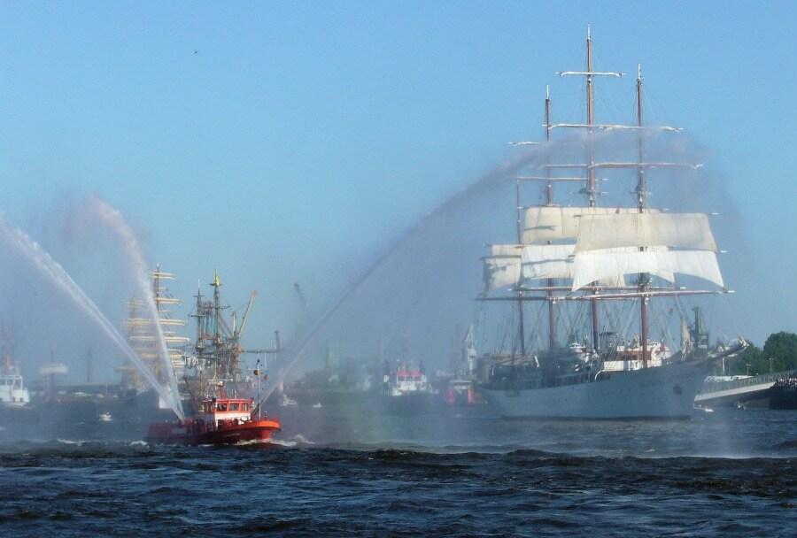 Highlight op het programma van de Hafengeburtstag: de scheepsparade | Standort Hamburg