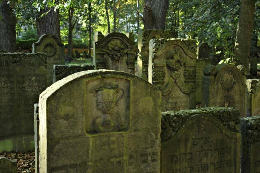 Joodse begraafplaats in Altona: symbolen op de grafstenen