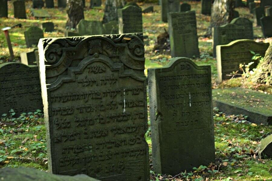 Joodse begraafplaats Altona: de voorkant van de stenen is altijd naar het oosten gericht