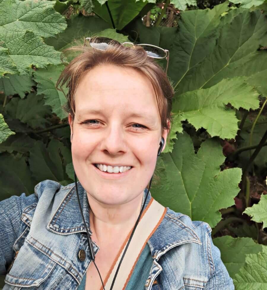 Fem luistert naar het nieuwste boek in de Tante Poldi-serie tijdens een bezoek aan de tuin