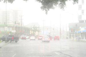 BRUCE ASATO / BASATO@STARADVERTISER.COM                                 Rainy weather is seen Christmas Day on King Street near University Avenue.