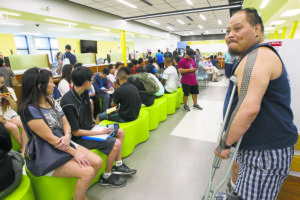 STAR-ADVERTISER / 2018                                 Applicants for Hawaii drivers licenses wait at the Kapalama Satellite City Hall.
