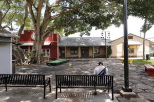 JAMM AQUINO/JAQUINO@STARADVERTISER.COM Shuttered storefronts and an empty courtyard at the Haleiwa Marketplace is seen April 25, 2020 in Haleiwa. The Hawaii Tourism Authority reported today that 286 out-of-state visitors came to Hawaii by air on Monday.