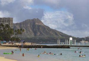 CINDY ELLEN RUSSELL / DEC. 25                                 Beachgoers enjoy spending Christmas Day outdoors along the shores of Waikiki.