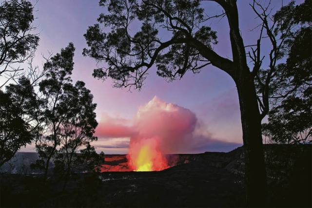 Kilauea shines bright on Christmas, but not for long