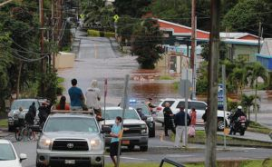 JAMM AQUINO / JAQUINO@STARADVERTISER.COM                                 Bystanders in Haleiwa observed the flooding on Haleiwa Road on March 9.