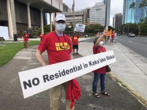 CRAIG T. KOJIMA / CKOJIMA@STARADVERTISER.COM                                 Kevin O'Leary and Lynne Kobayashi hold a sign at today's Save Kakaako at the Capitol.
