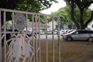 BRUCE ASATO / BASATO@STARADVERTISER.COM                                 Punahou School gate with the Oahu College title at the entrance off Punahou St..