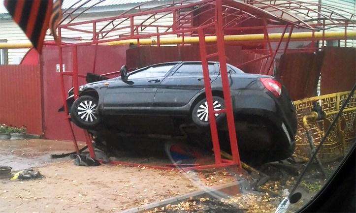 В Старой Майне Лада Гранта влетела в недостроенный гараж