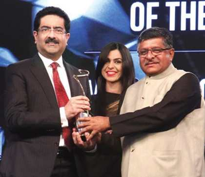 Ajay Piramal Getting Outstanding Business Leader of the Year Award From Kumar Mangalam Birla of Aditya Birla Group