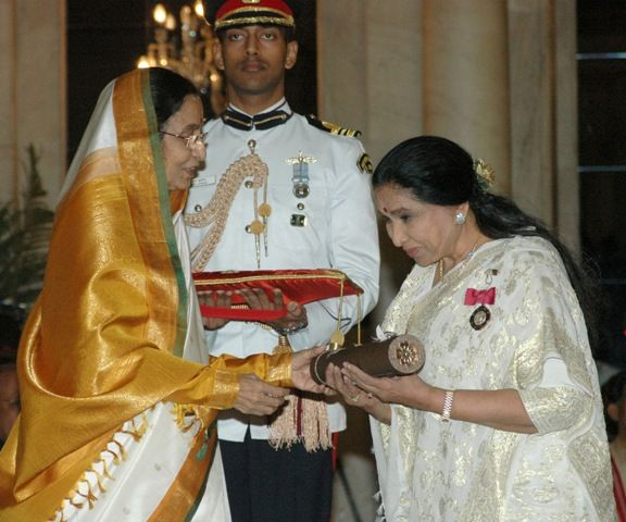 Asha Bhosle receiving Padma Vibhushan
