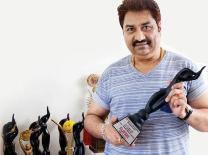 Kumar Sanu With His Filmfare Award