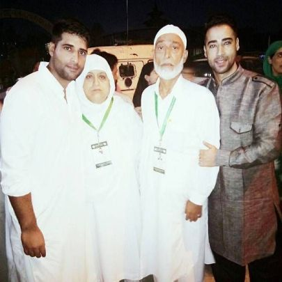 Mohsin Akhtar With His Mother, Father, And Brother Muzammil Akhtar
