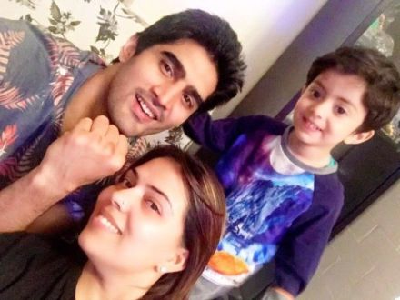 Vijender Singh with his wife and son