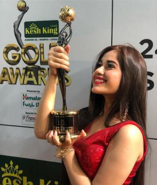 Jannat Zubair Rahmani With Her Award
