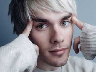The 27 years Awsten Knight is a single.