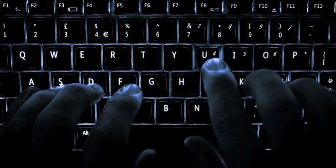 FBI anchetează hackereala rusească a campaniei lui Clinton