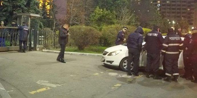 Inexplicabil, o maşină a intrat în gardul de la Palatul Victoria